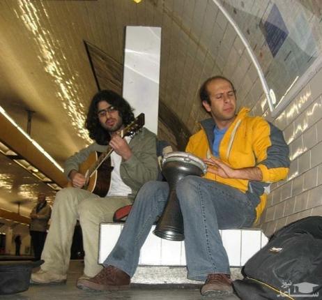 محمد بحرانی در حال نوازندگی در متروی پاریس
