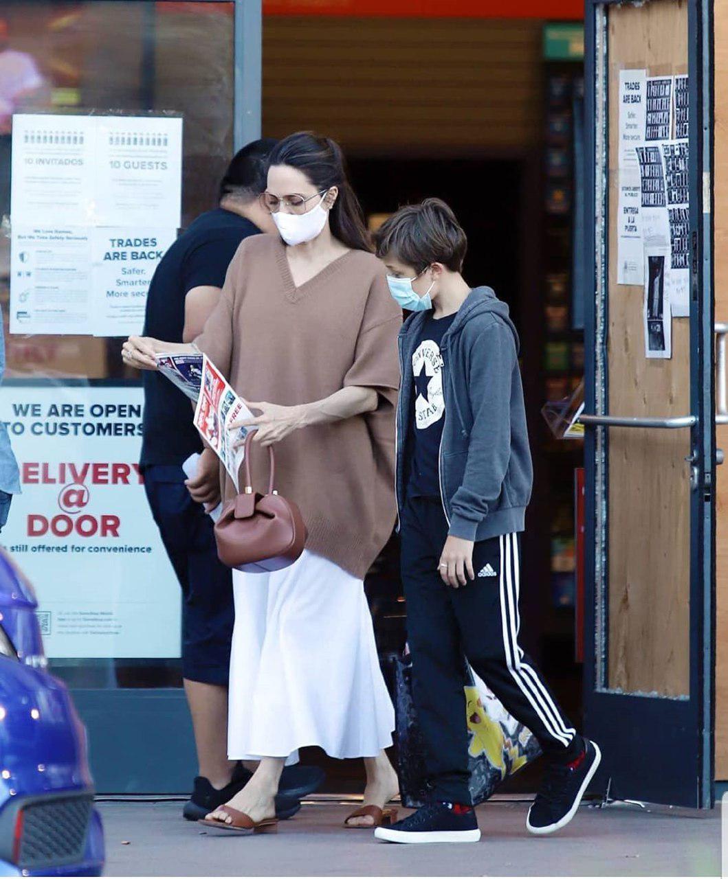 آنجلینا جولی و پسرش در حال خرید با ماسک