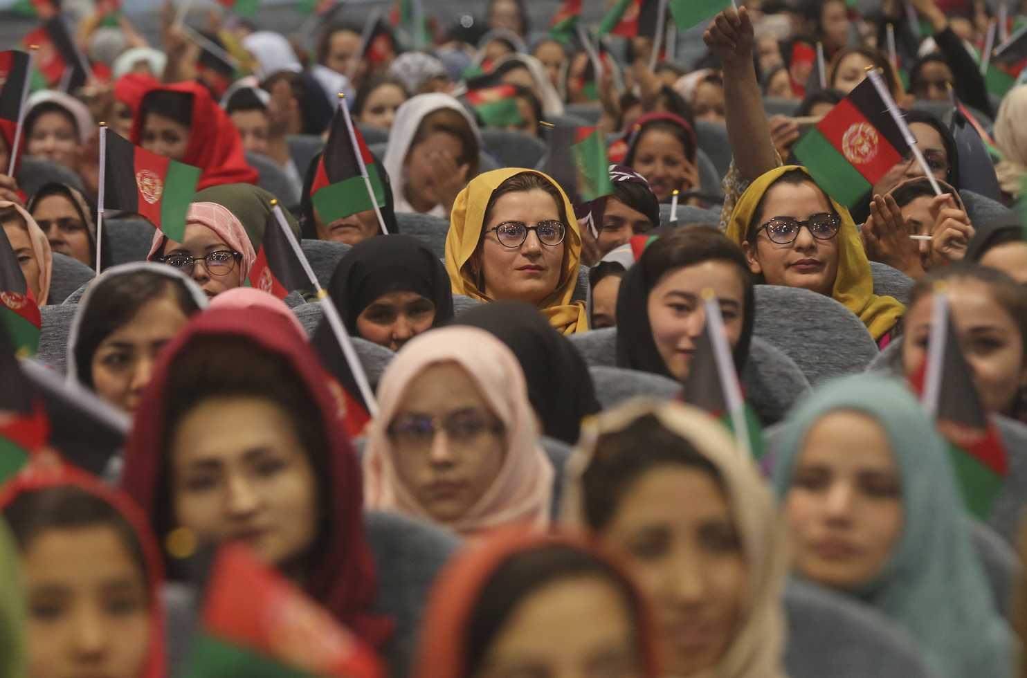 سخنگوی طالبان: زنان شاغل فعلا خانه بمانند/ نیروهای امنیتی ما برای برخورد  با زنان آموزش ندیده اند | اقتصاد24
