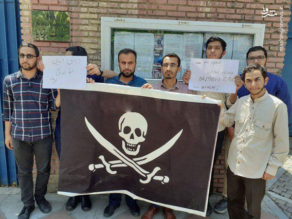 هدیه دانشجویان به سفارت انگلیس در تهران